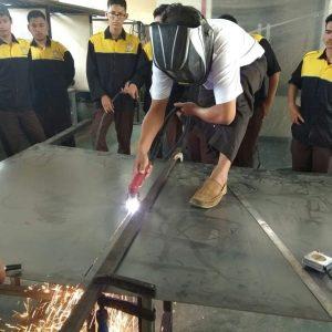 Pemotongan bahan Praktik